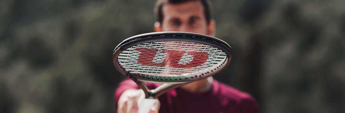 Karen Khachanov s tenisovou raketou Wilson Blade v8